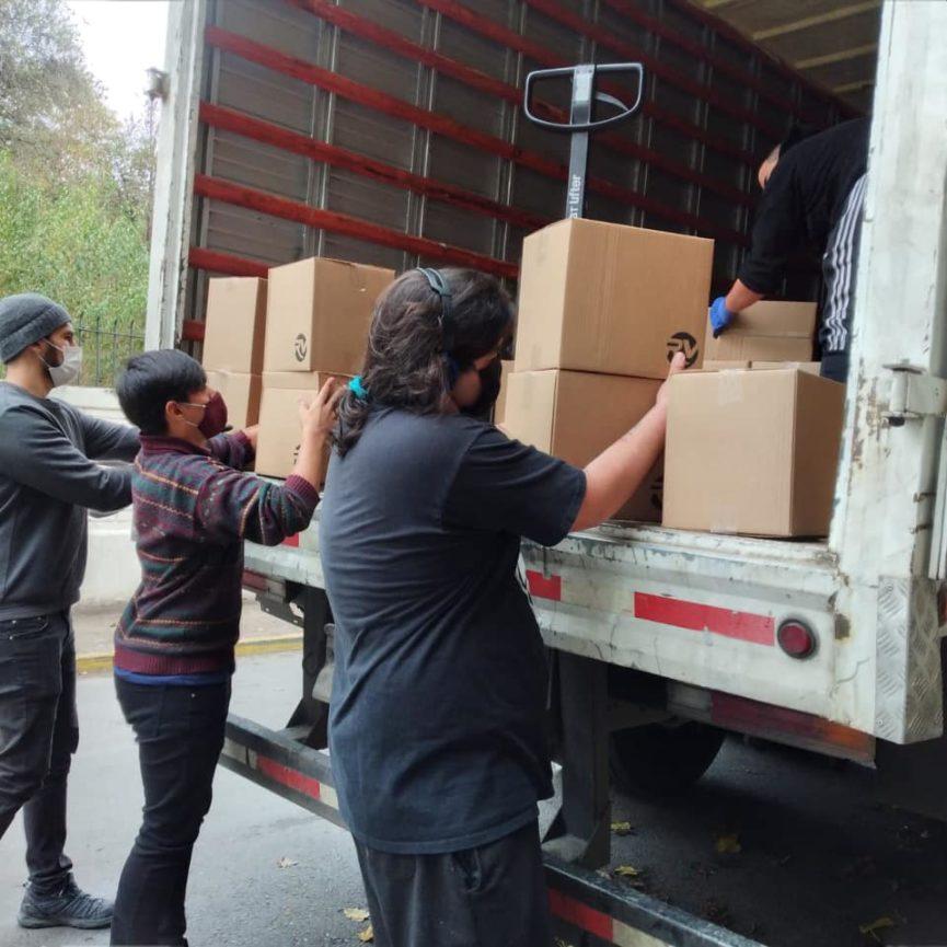 Movidos por Chile entregando la ayuda